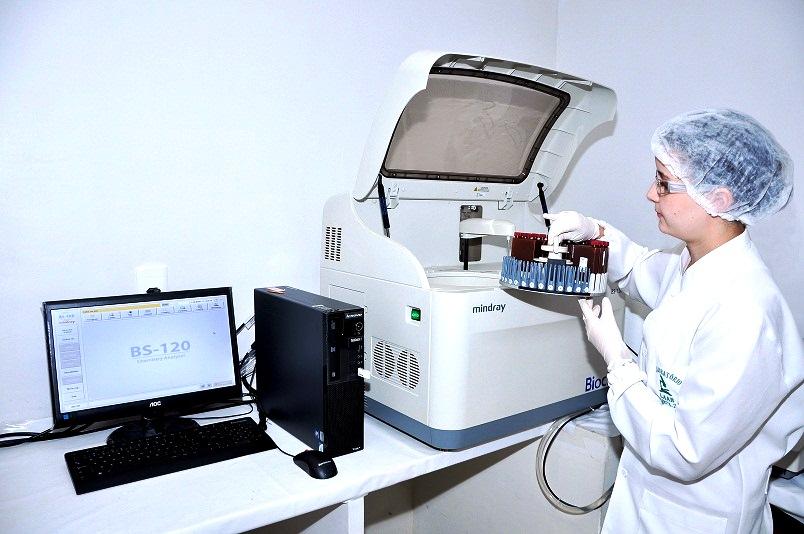 Dra. Alany Moura Batista no Laboratório LAAB
