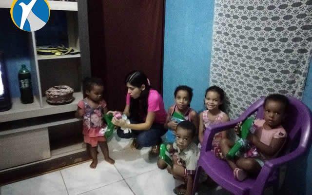 Popy Kids Outlet faz entrega de roupas a família carente